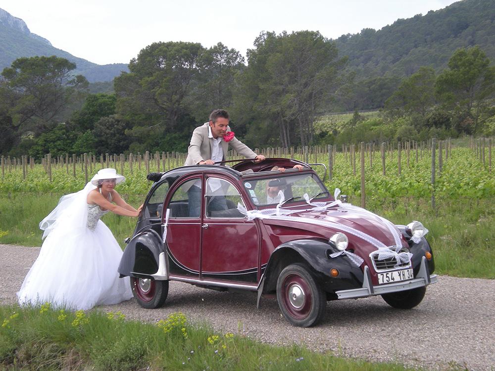 Photo d'un mariage réalisé à bord de la 2cv Charleston proposée par 2cv around the pic dans les vignes