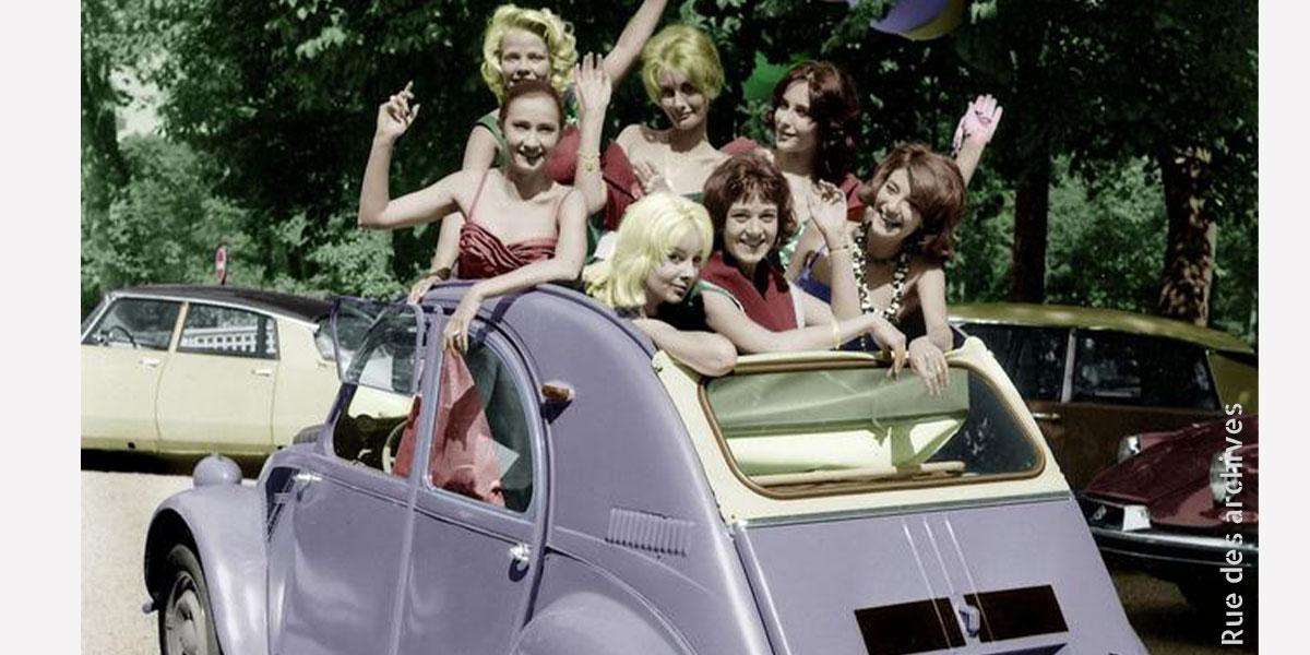 Photo d'une 2cv dans les années 60 avec des jeunes filles