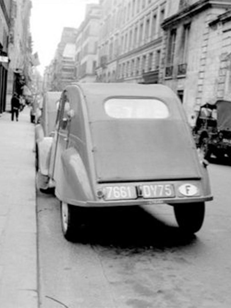 Photo d'une vieille 2cv dans les années 70