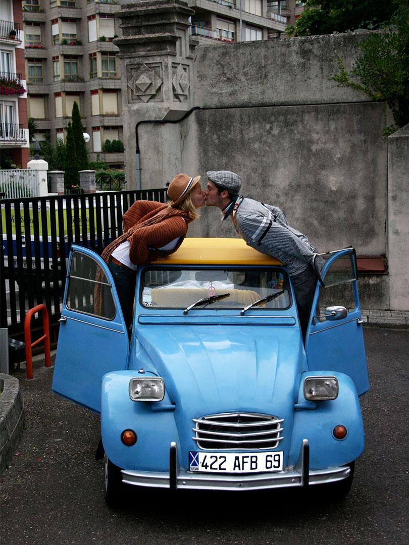 Photo de deux amoureux à bord d'une 2cv